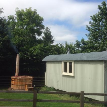 Shepherds Hut with Hot Tub - Holmebeck Huts
